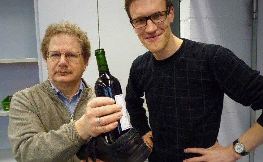 Ulrich Köhler und Aeneas Rooch mit Weinflasche und Schuh (Foto: Rooch)