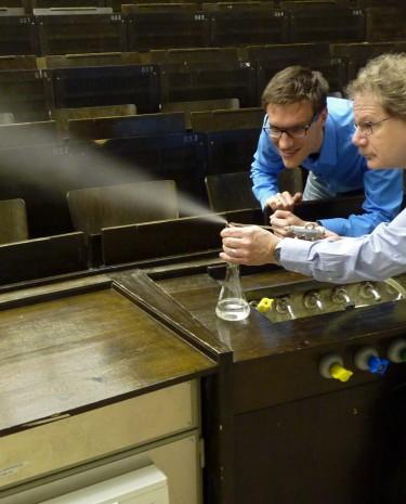 Aeneas Rooch und Ulrich Köhler experimentieren im Hörsaal. (Bild: Rooch)