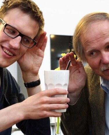 Aeneas Rooch und Andreas Wieck mit einem Becher Cappuccino (Bild: Rooch)