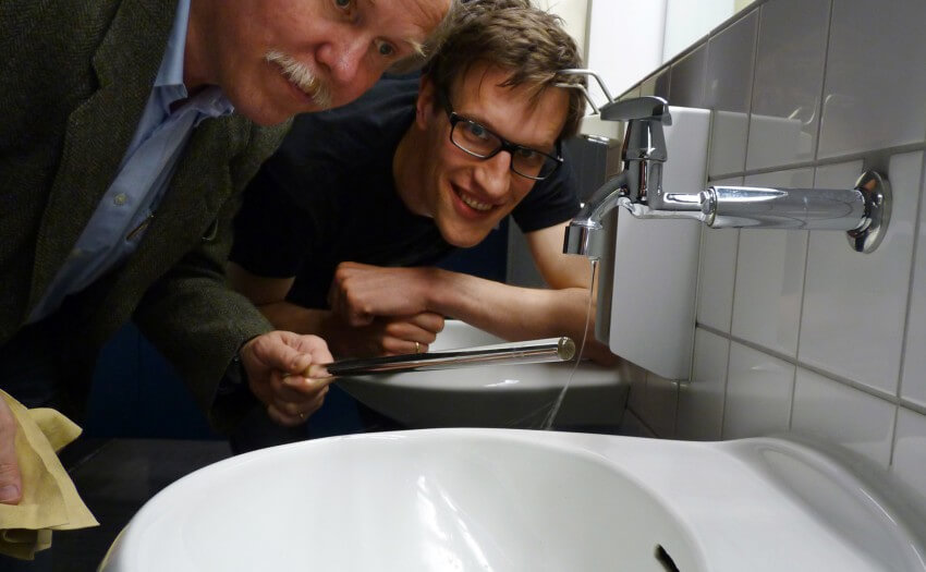 Andreas Wieck und Aeneas Rooch biegen einen Wasserstrahl (Bild: Rooch)