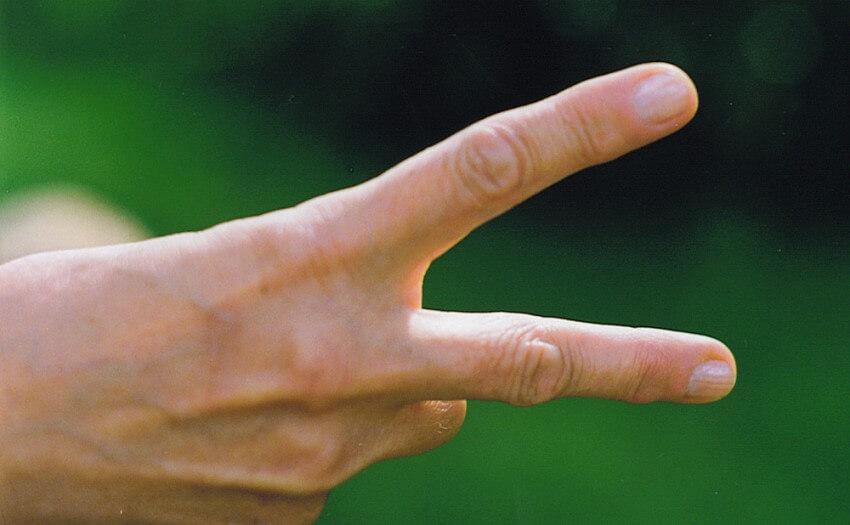 Hand zeigt Scheren-Geste (Bild: Freeimages/Laura Glover)