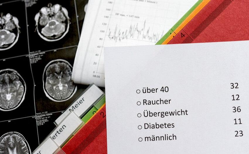 Patientenakten und Fragebogen (Bild: RUB/Schirdewahn)