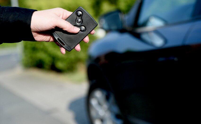 Auto und Funk-Schlüssel (Bild: RUB/Schirdewahn)
