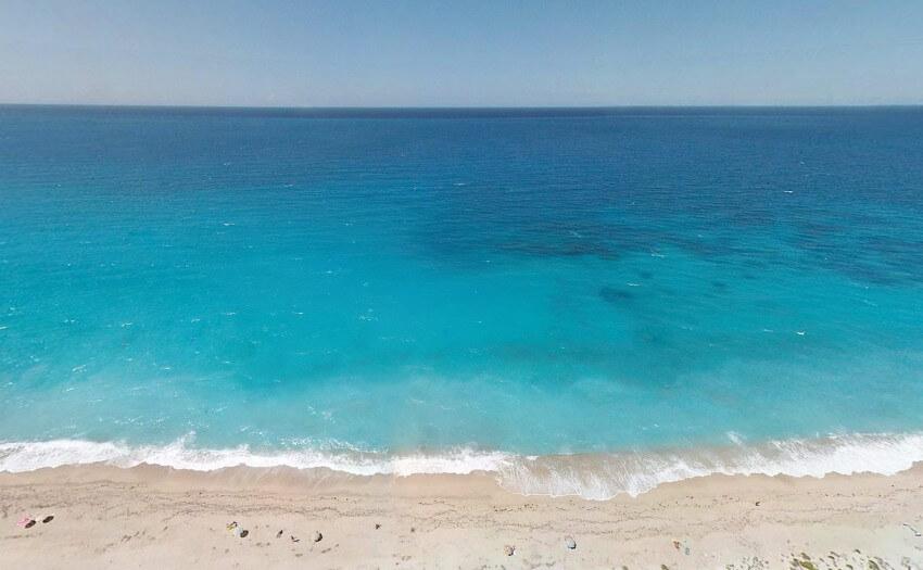 Strans mit türkisblauem Meerwasser (Bild: Visualhunt)