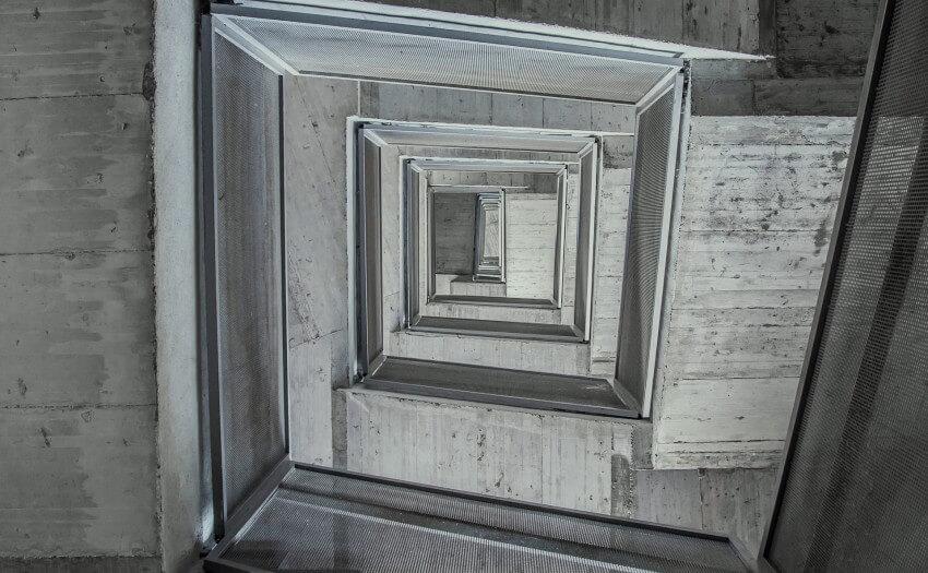 Blick von unten in ein Treppenhaus (Bild: Joel Filipe/Unsplash)