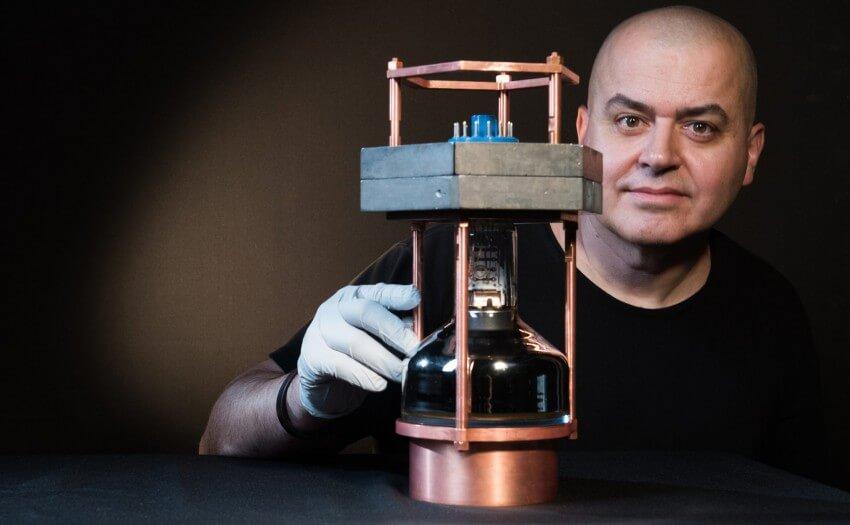 Physik-Professor Juan Collar mit tragbarem Neutrino-Detektor (Bild: Jean Lachat)