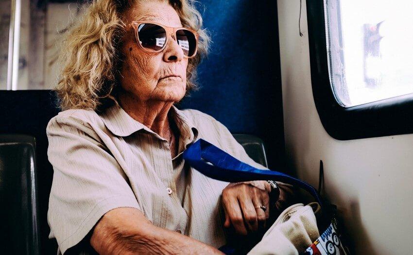 Alte Frau mit Sonnenbrille (Bild: Aris Sfakianakis/Unsplash)