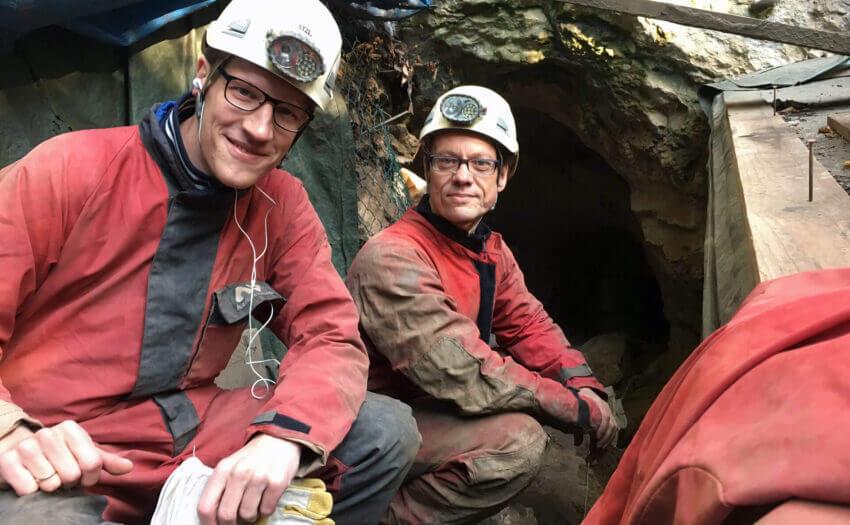 Reporter Aeneas Rooch und Dr. Jörg Orschiedt bereiten sich auf den Abstieg in die Blätterhöhle vor (Bild: Aeneas Rooch)