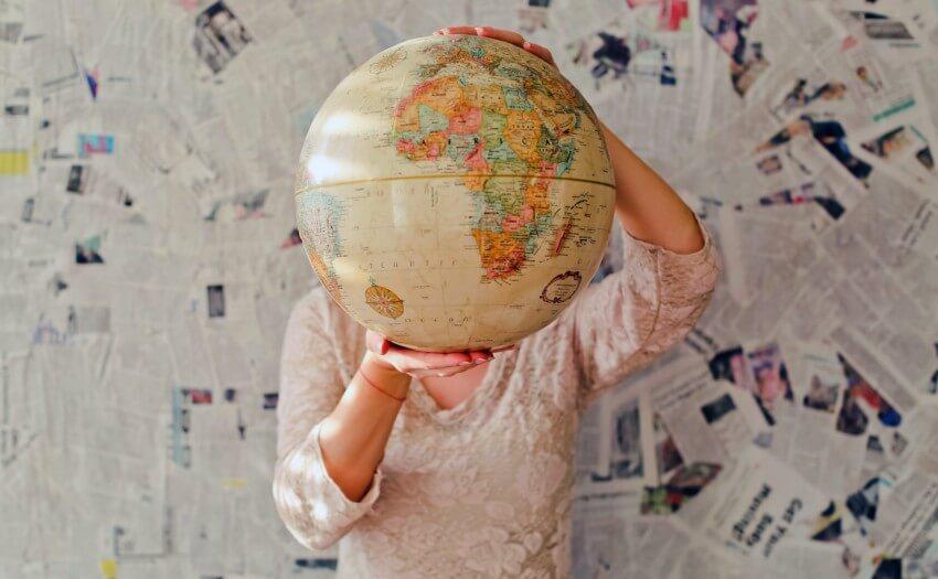 Frau mit Weltkugel (Bild: Slava Bowman/Unsplash)