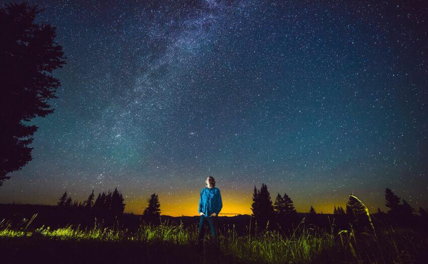 Der junge Mann und das All (Bild: Hunter Bryant/Unsplash)