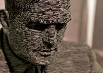 Turing-statue-Bletchley_06--Antoine-Taveneaux--Wikimedia-Commons--CC-BY-SA-3.0-bearb