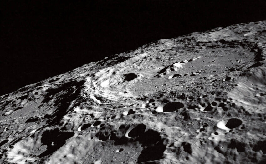 Mond-Krater an der Grenze zwischen Vorder- und Rückseite (Bild: NASA)