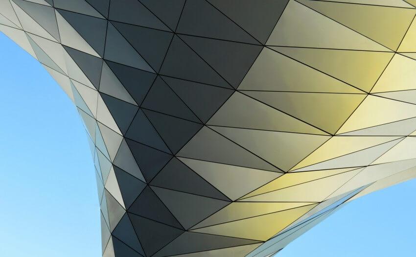 Geometrische Fläche vor blauem Himmel (Bild: Lucas Gallone/Unsplash)
